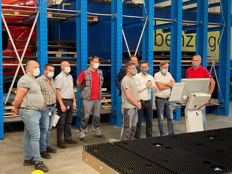 Das Produktions-Team der RAUCH Landmaschinenfabrik GmbH und die Geschäftsführer Hermann Rauch und Martin Rauch erhalten eine Einweisung in die Maschine