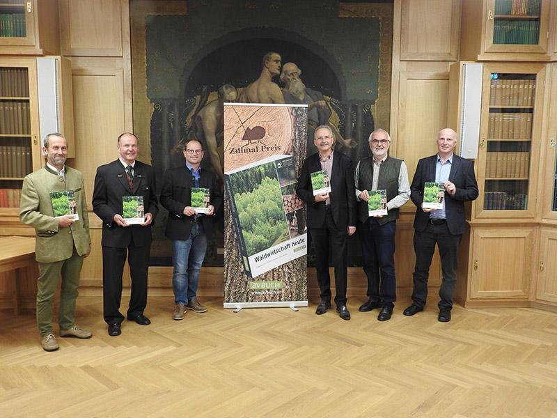 Buchpräsentation Waldwirtschaft heute – die Autoren mit Verleger:  Spreitzhofer, Gilge, Pfeiffer, Eder/avBUCH, Grulich, Sandler, (v. l. n. r.)
