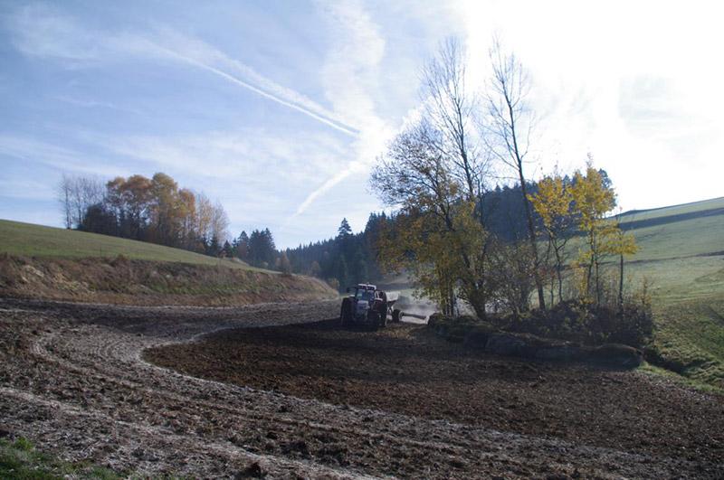 Regelmäßige Kalkung sorgt für ein aktives Bodenleben und stabile, krümelige Bodenstruktur.